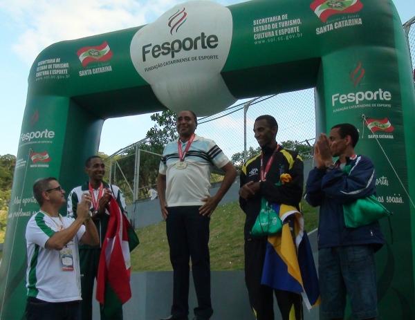 Maior medalhista do atletismo na história dos Jasc, José Maria Nunes recebeu homenagem e, chorando, disse ter vivido a maior emoção da vida