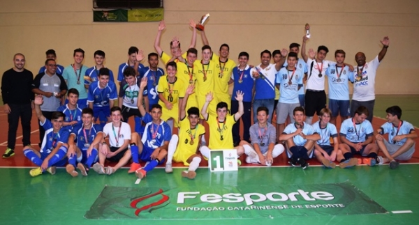Premiação das equipes vencedoras do futsal da etapa Centro Oeste dos Jesc.