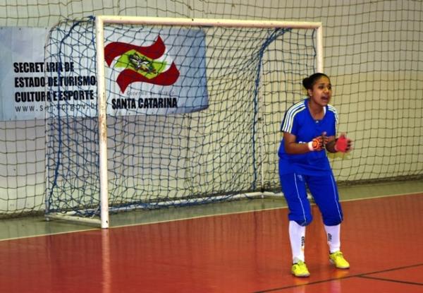 Caroline veste a camisa 55 da equipe e atua como goleira há 5 anos.