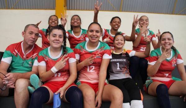 Time de futsal feminino da Escola Estadual Leopoldo José Guerreiro, de Bombinhas